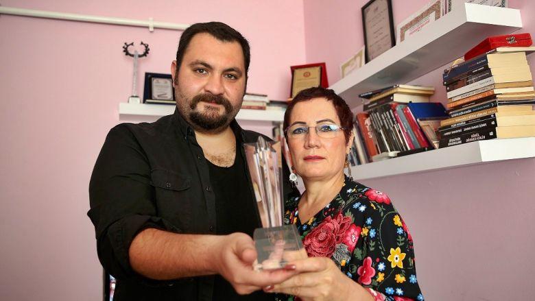 Maddi Sıkıntı Nedeniyle Hollywood'a Gidemeyen Türk Yönetmenin Ödülü Kargoyla Geldi!
