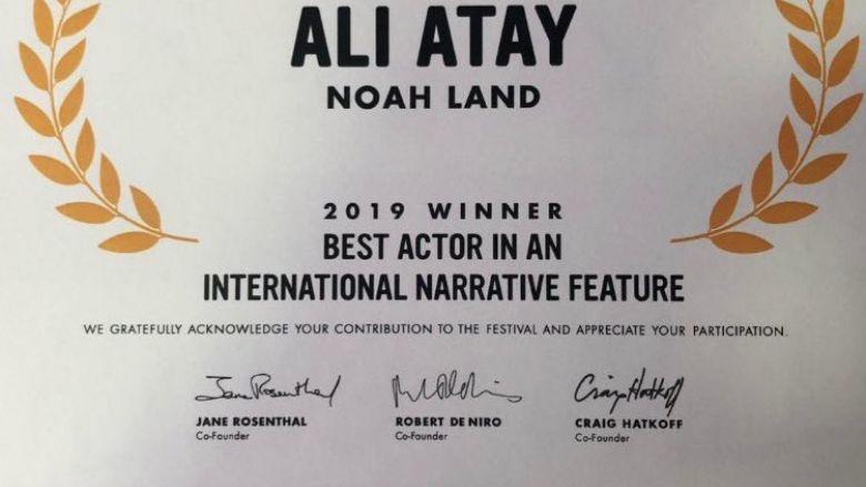 """Yakışır! Ali Atay, New York'ta """"En İyi Erkek Oyuncu"""" Ödülü Aldı!"""